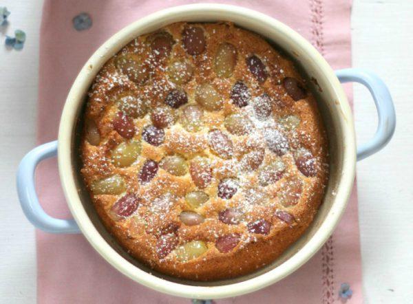 Bio-Mandelkuchen mit Trauben