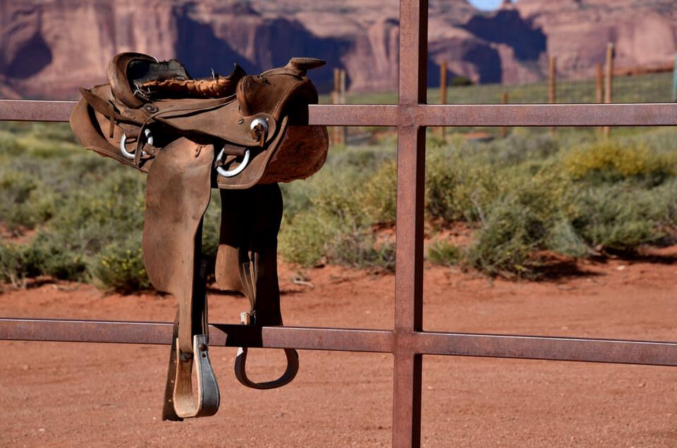 Cowboysattel auf EIsenzaun