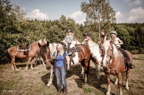 Um uns alle sicher wieder zurück zum Stall zu bringen hatte Andrea noch Helferinnen organisiert.