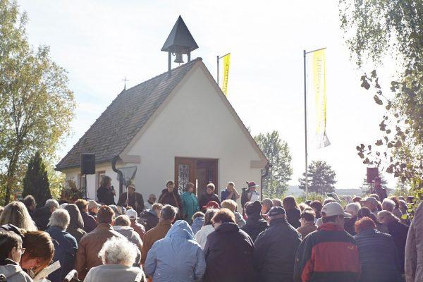 Viele Menschen versammelt vor einer Kirche